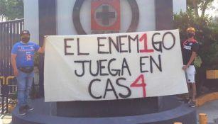 Aficionados de Cruz Azul con pancartas en las instalaciones de La Noria