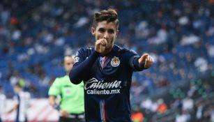 Isaac Brizuela celebrando un gol con Chivas