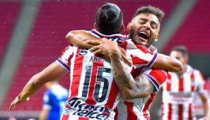 Alexis Vega en un partido con Chivas