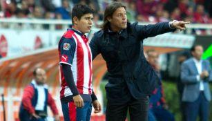 Almeyda y Chofis en un partido de las Chivas