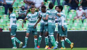 Jugadores de Santos celebran gol vs Toluca