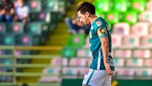Fernando Navarro durante un duelo con León