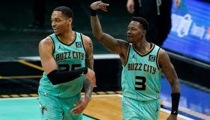 Jugadores de los Hornets festejando una canasta a favor
