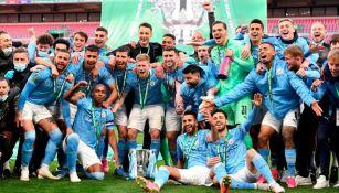 Jugadores del Manchester City con el título de la Copa de Liga