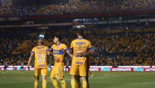 Jugadores de Tigres celebran un gol