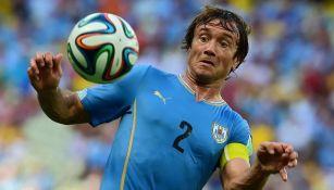 Diego Lugano en partido con Uruguay