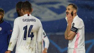 Benzema se lamenta una jugada