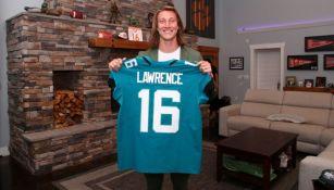 Trevor Lawrence con el jersey de Jaguars