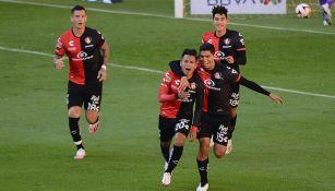 Ian Torres y Diego Barbosa festejan un gol