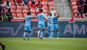 Alan Pulido festejando su gol con sus compañeros