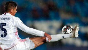 Varane en acción con el Real Madrid