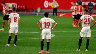 Jugadores del Sevilla se lamentan tras el gol del Athletic