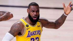 LeBron James reclama en juego de los Lakers