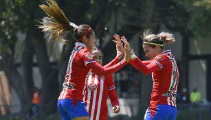 Joseline Montoya festeja un gol con Alicia Cervantes