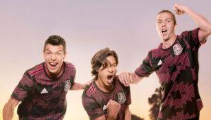 Chucky, Lainez y Córdova portando la nuevo playera