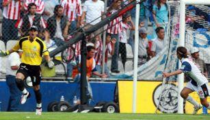 Miguel Calero celebrando el gol del triunfo ante Chivas