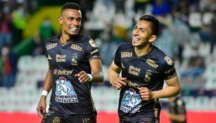 Ángel Mena y Tesillo festejando un gol a favor del León