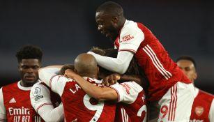 Jugadores del Arsenal celebran marcador