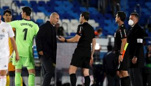 Zidane fue a pedirle explicaciones al árbitro