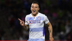 El Cabecita Rodríguez festeja un gol con Cruz Azul