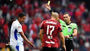 Luis Romo siendo amonestado tras el choque con Rigonato