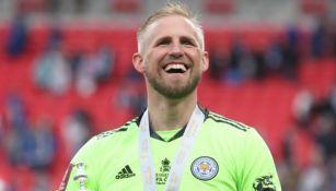 Kasper Schmeichel celebra título de la FA Cup con el Leicester City