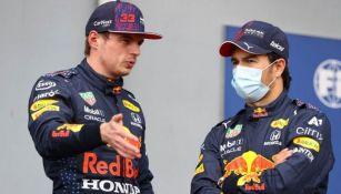 Verstappen y Checo dialogando después de una carrera clasificatoria