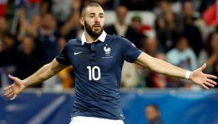 Karim Benzema festeja un gol con Francia