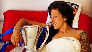 Jenni Hermoso con el trofeo de Champions League