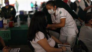 La aplicación de la vacuna a una mujer embarazada