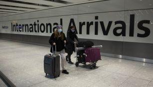 Viajeros en pandemia en el aeropuerto