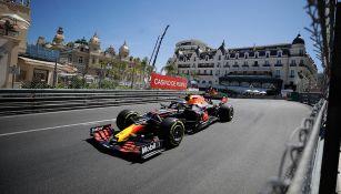 Checo conduce durante la primera práctica en Mónaco