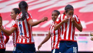 Carolina Jaramillo celebrando un gol a favor de Chivas