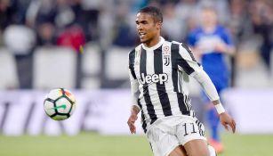 Douglas Costa durante un partido con la Juventus