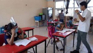 Alumnos tomando clase en una escuela de Campeche