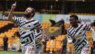 Jugadores del United celebran gol vs Wolves