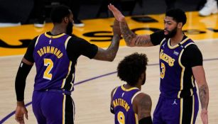 Los Lakers en festejo de anotación