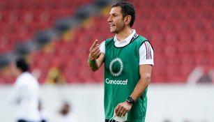 Lozano dirigiendo partido