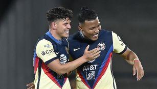 Roger Martínez y Richard Sánchez en un partido con América