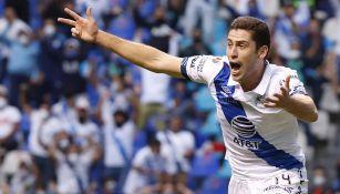 Santiago Ormeño festeja un gol con Puebla