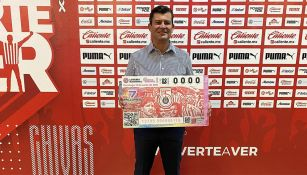 Ramón Ramírez con el billete de Chivas