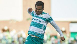 Eduardo Aguirre festeja un gol con Santos Laguna