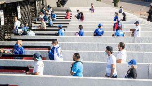 Afición de Cruz Azul entrando al Estrado Azteca