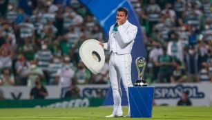 Pablo Montero mientras entonaba el himno nacional