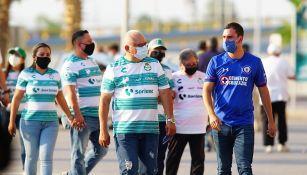 Aficionados de Cruz Azul y Santos previo al partido
