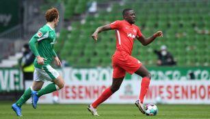 Ibrahima Konaté en acción con el RB Leipzig