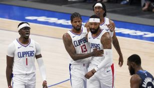 Jugadores de los Clippers celebran una canasta