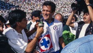 Carlos Hermosillo tras ganar el último título de liga de Cruz Azul
