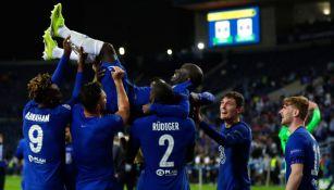 N'Golo Kante es felicitado por sus compañeros