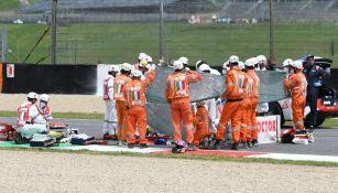 Atienden al piloto suizo Dupasquier en la pista